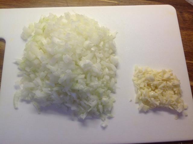 Picar la cebolla y picar el ajo.