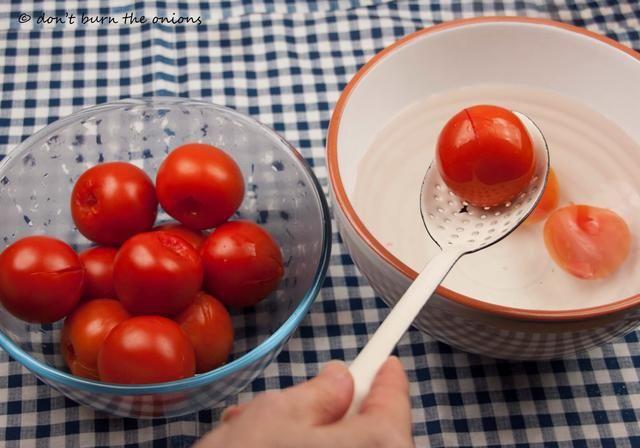 Escurrir los tomates y transferirlos a un recipiente limpio.