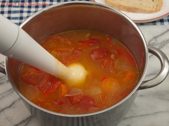 Retire la sartén del fuego y triturar las verduras hasta que tenga una consistencia suave.