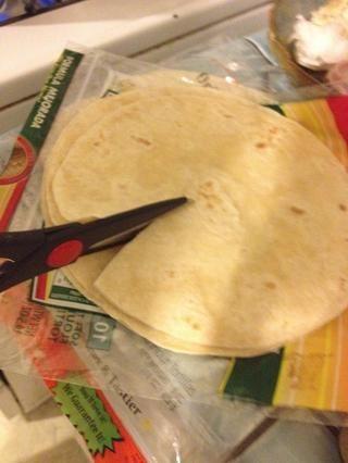 Y con un par de tijeras de cocina, que se corta en triángulos.