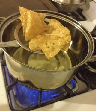 Utilice una cuchara o un colador de cuchara ranurada para eliminar las fichas del aceite.