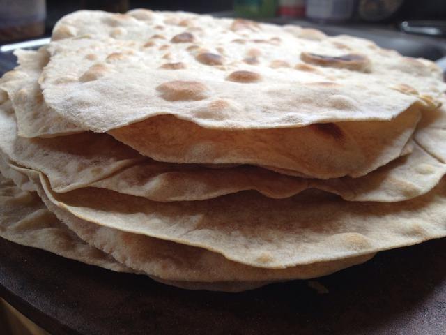 Apilar hasta las tortillas o mantener el calor en el horno. Coma inmediatamente o almacenar en el refrigerador hasta por una semana. También puede congelar para su uso por más tiempo.