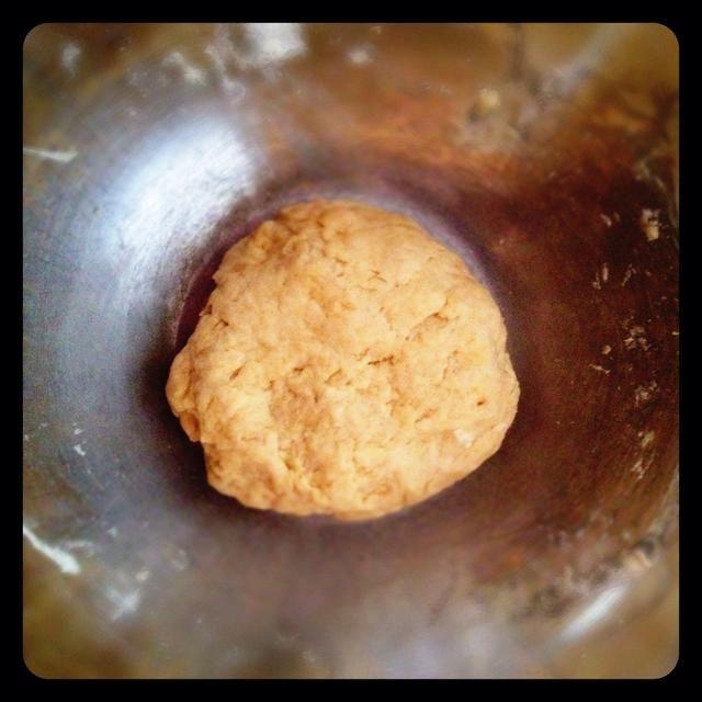 Agregue el aceite, luego con las manos, las rodillas en el agua hasta que se forme una bola. Yo sólo se utiliza aproximadamente 3/4 taza de agua.