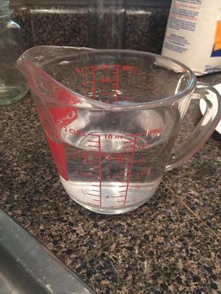 A continuación, añadir el agua a la mezcla de