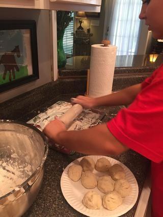 A continuación, utilice un rodillo enharinado y rodar las bolas de masa en tortillas planas delgadas
