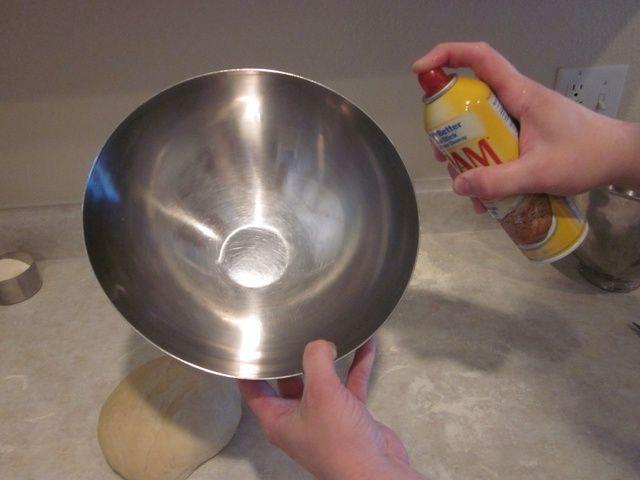 Cuando termine el amasado, apoderarse de su tazón favorito y rociar ligeramente con un poco de aceite en aerosol