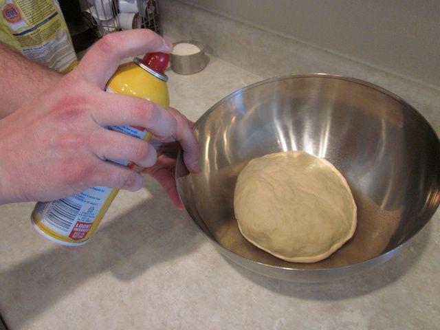 Ponga su masa en el recipiente y darle un poco de spray también, así que no se siente excluido