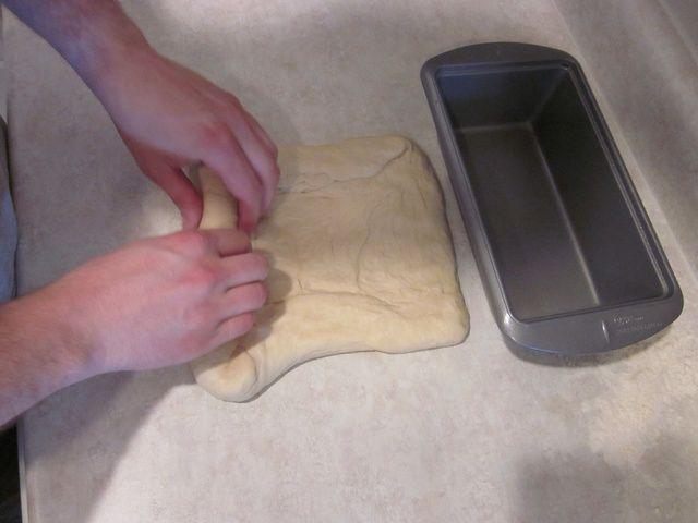 Aplanar la masa a ser la duración de la sartén y aproximadamente el doble de ancho. Enrollar en un rollo apretado.