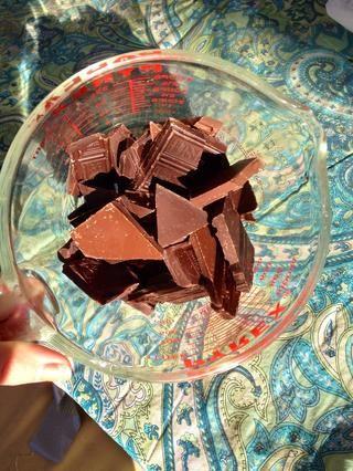 Coge tu chocolate. Yo prefiero el chocolate negro, pero el uso de lo que más te guste.