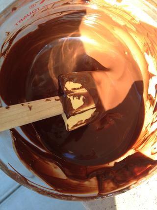 Derretir el chocolate en el microondas o mediante el uso de una caldera doble.