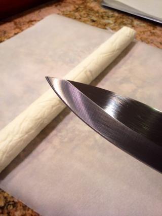 Coge un cuchillo afilado y cortar el tronco en rodajas finas.