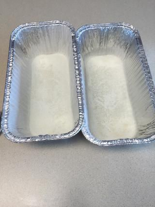 La grasa y la harina de dos de 8 x 4 sartenes y distribuir la mezcla uniformemente entre las cacerolas. Hornear durante 50-70 minutos o hasta que esté casi completamente establecido