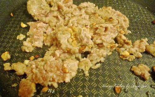 Freír la carne marinada con un poco de ajo en una sartén antiadherente.