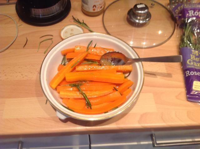 Agregue la miel y romero y tirar lo que todas las zanahorias están cubiertos. Entonces asar a 225 durante 45 minutos hasta que las zanahorias son pegajosos con un ligero bocado