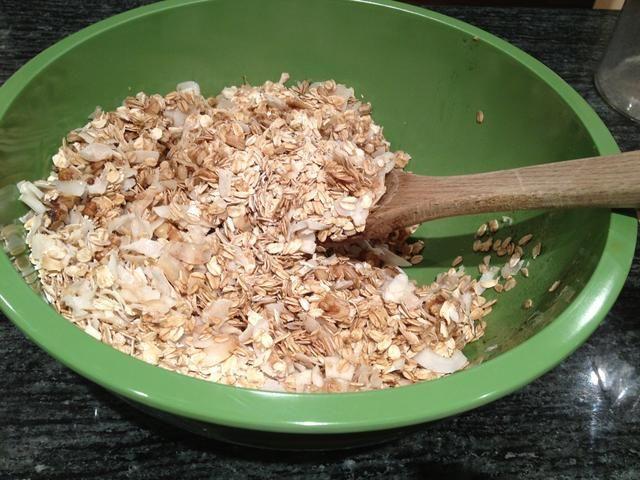Remover con una cuchara de madera hasta que esté bien combinado. Esto tomará un par de minutos. Usted quiere asegurarse de que toda la avena quedan recubiertos con un poco de la mezcla húmeda.