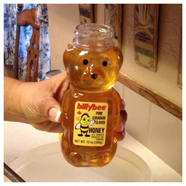 Añadir la miel a su contenedor