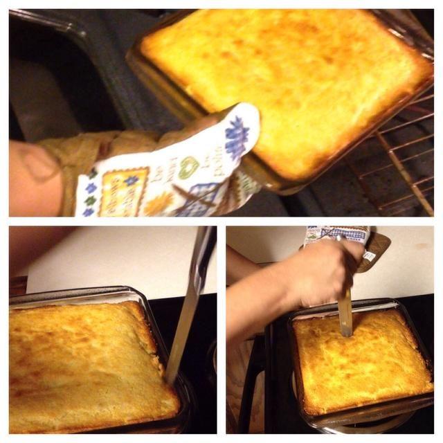 Al acabar el tiempo quitar el pan de maíz del horno. Luego separar el borde del pan del recipiente de vidrio. Finalmente meter el cuchillo en el centro para comprobar si ha sido bien cocida