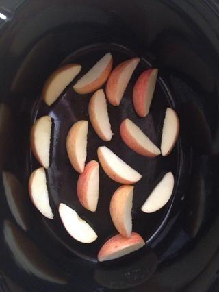 Yacían 2 de las manzanas ahora en rodajas en el fondo de la olla eléctrica
