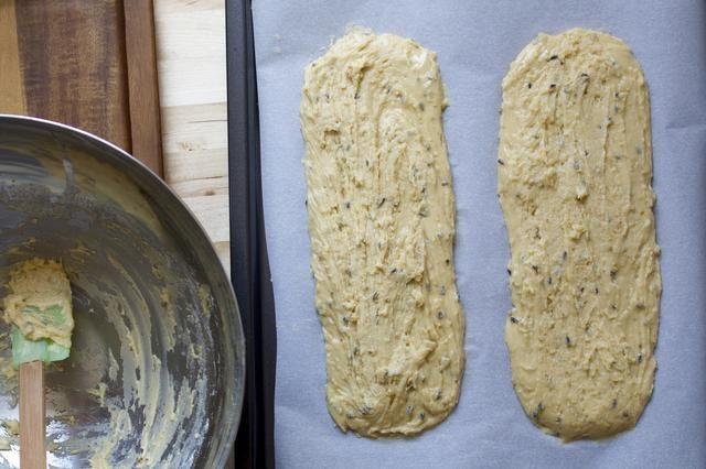 Dividir la masa en la mitad y poner en una bandeja para hornear preparada. Enharinar las manos y formar cada pieza de masa en un 13
