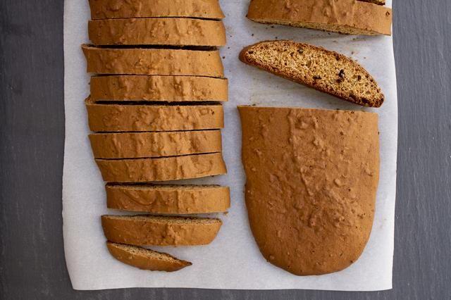 El juego de sábanas en el horno y hornee por 35 minutos hasta que los panes estén dorados. Gire a mitad de camino de hoja sin embargo. Retire la bandeja para hornear del horno y coloque en un estante de alambre.