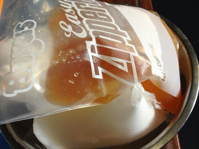Antes de procesar el sorbete en la máquina de helados, se puede enfriar el almíbar sobre un poco de hielo al menos 30 mins .... o ...