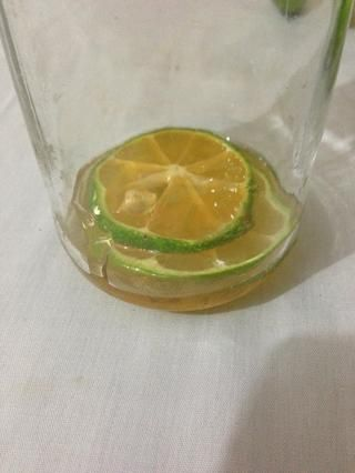 asegúrese de que las rebanadas de limones (limas) se vierten con miel