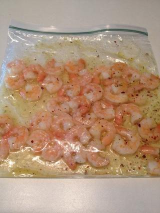 Coloque los camarones y la salsa en una bolsa de plástico. Zip herméticamente y agitar bien. Coloque en el refrigerador por lo menos 30 minutos para marinar.