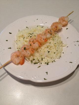 Coloque el arroz y los camarones en un plato. Espolvorear con perejil. Servir y disfrutar!