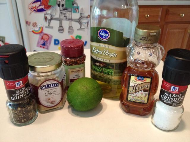 Reunir los ingredientes para la salsa de limón miel.