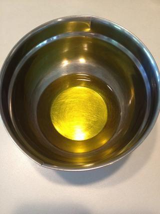 Añadir el aceite de oliva en un recipiente aparte.