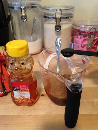 Añadir media cucharadita de miel a la mezcla.