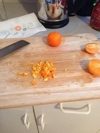 Tomar 1/4 de la piel de naranja y deslícela en trozos pequeños o ralladura de la naranja.