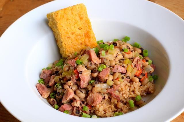 Servir una bola de arroz con una cucharada grande de los guisantes cocidos. Decorar con unas cebollas verdes y un trozo de pan de maíz Chipotle ... (Ver nuestra otra guía para el pan de maíz.)