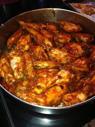 Añadir la salsa a la sartén de alas de pollo y mezcle bien. Tenga cuidado de no destrozar sus alitas de pollo!