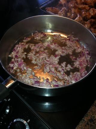 Saltear la cebolla y el ajo a fuego medio en una cacerola.