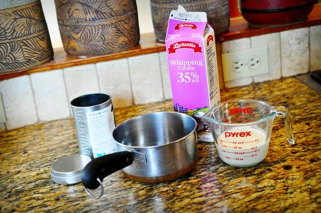 Comience midiendo 2/3 taza de crema de leche y transferirla a una cacerola pequeña.