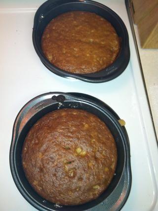 Enfriar los pasteles antes de mover de un tirón hacia fuera de las cacerolas