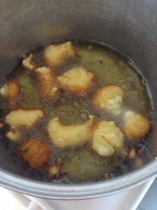 Calentar el aceite de 2-3 pulgadas en una olla pesada. Lo mejor es usar un termómetro y llevar la temperatura del aceite a 375 ° F. La caída de la masa por la cucharada en el aceite. Cuando oro, voltear y cocinar hasta que estén doradas por todas partes.