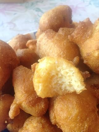 Tomé un bocado para que pueda ver lo que el interior se parece. usted're welcome! These are so yummy! We had them as an appetizer at our party. They're also a good side for fried fish or fried chicken. Enjoy!
