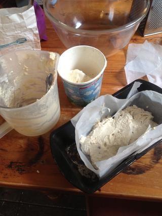 Extienda la mezcla en un molde para hornear