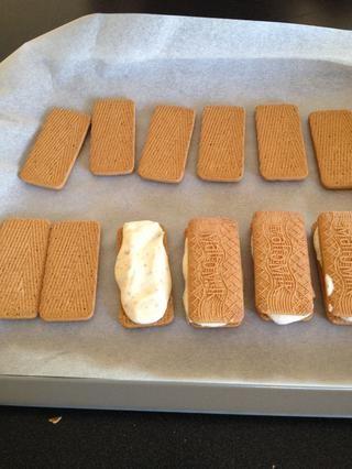 recoger algo de la mezcla de crema hacia fuera sobre las galletas y colocar la otra mitad en la parte superior.