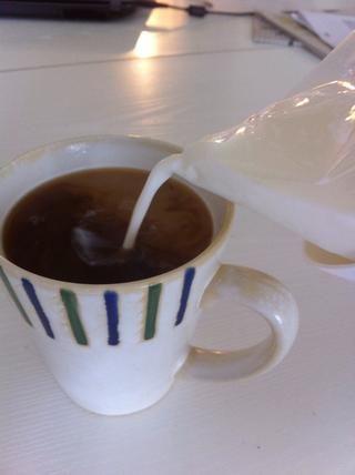A continuación, hacer otra taza de café! ☕ Esta vez, agregar el azúcar, la leche, o lo que quiera en su café! Me gusta el jarabe en la mía a veces! ????????????????????????