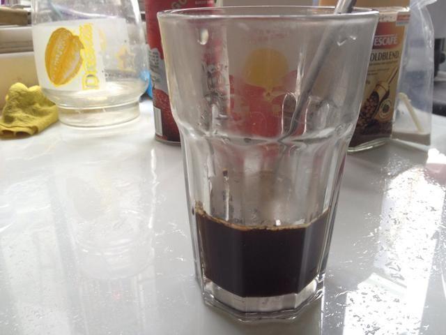 Añadir agua hasta aproximadamente 1/3 de su taza.