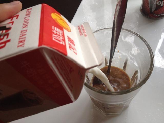 A continuación, añadir la leche fresca.