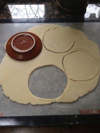 Retire la masa del refrigerador y rollo en 1/8 de espesor. Cortar en el tamaño correcto para adaptarse a cualquier plato de tarta que usted pueda tener. Deje suficiente masa para cortar rebanadas de tejer en la parte superior de las manzanas.