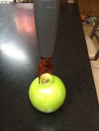 Retire el núcleo de una manzana Granny Smith asegurándose de no ir todo el camino hasta la parte inferior de la manzana.