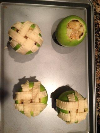Después de llenar las manzanas a la cima con el llenado-mezcla, tejer tiras de masa en el patrón de la cesta en la parte superior de la manzana y dejar caer sobre los lados.