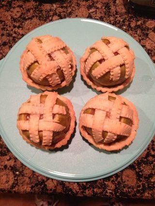 Hornear en horno a 350 grados Fahrenheit durante 40-45 minutos, hasta que las manzanas estén suaves al tacto. Retirar y dejar enfriar un poco. Transferencia a tarta de los depósitos a la brevedad posible. Sirva caliente! ¡¡Disfrutar!!