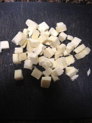 Tome una barra de mantequilla muy fría y trocea en pedazos pequeños.