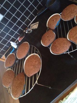 Aquí puedes ver por qué usted debe tener las formas en un molde jajaja magdalena ... Póngalos en bastidores de cookies que se enfríe. ??????